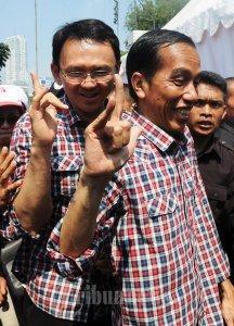 20120701_Jokowi_Ahok_Tunjukkan_Jari_Metal_2338