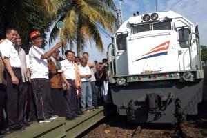 Menteri BUMN Dahlan Iskan (kedua kiri) bersama Dirut PT KAI Ignatius Jonan (kiri) melepas perjalanan perdana KA Pangrango rute Bogor-Sukabumi di Stasiun Bogor Paledang, Kota Bogor, Jabar