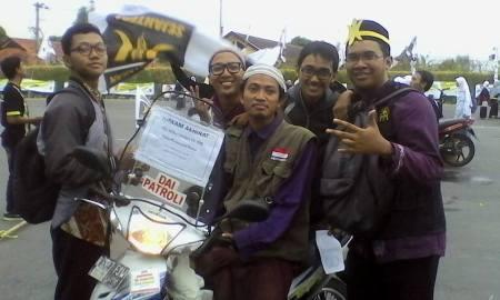Maulana (mengenakan rompi & duduk di motor) bersama fans-nya.