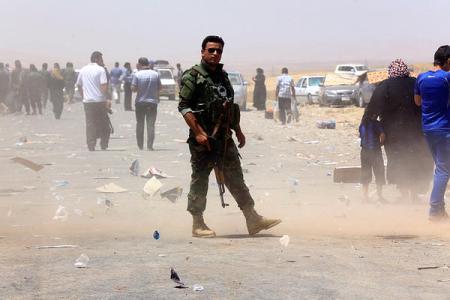 Peshmerga berjaga di luar kota Mosul