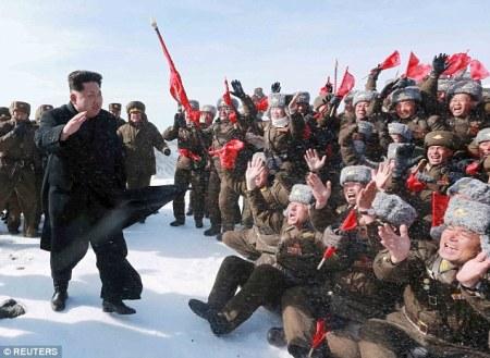 27BA550C00000578-3045445-North_Korean_leader_Kim_Jong_Un_greets_Korean_People_s_Army_pilo-m-30_1429443581851