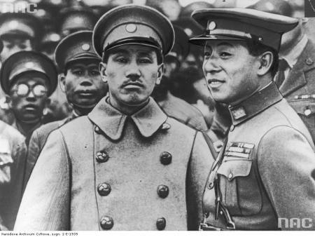 Chiang Kai Sek dan Zhang Xue Liang. Zhang adalah panglima perang besar yang menerima usaha unifikasi Kuomintang.