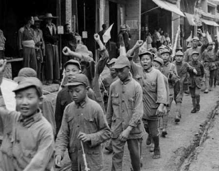 Anak-anak yang ikut serat dalam pelatihan kader komunis. Partai Komunis meraih popularitas tinggi di pedesaan karena janjinya untuk melakukan reforma agraria.