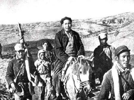Ribuan gerilyawan Tentara Merah melakukan Long March. Dari sepulh yang pergi, hanya satu yang selamat.