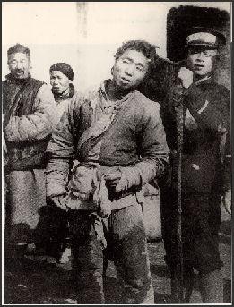 Rakyat memotong kuncirnya sebagai tanda mereka bukan lagi hamba dinasti Qing.