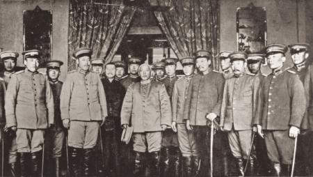 Inaugurasi Yuan Shih Kai sebagai Presiden. Segera setelah menjabat ia menjadi figur autokratis yang memusatkan kekuasaan di tangannya.