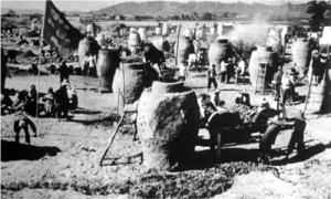 """Dalam """"Lompatan Jauh ke Depan"""" rakyat pedesaan diwajibkan memproduksi besi di tanur-tanur buatan rumah."""