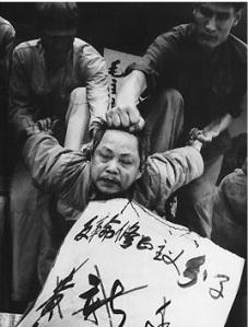 Garda Merah menyerang meraka yang dianggap musuh revolusi.