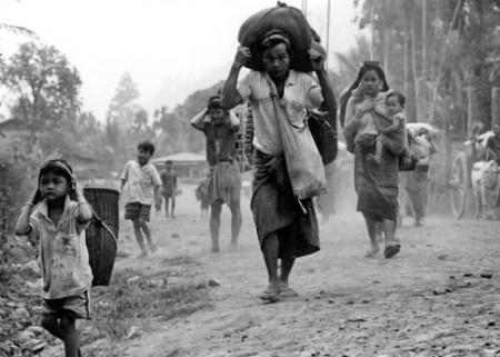Pengungsi Karen berjalan ke Thailand.